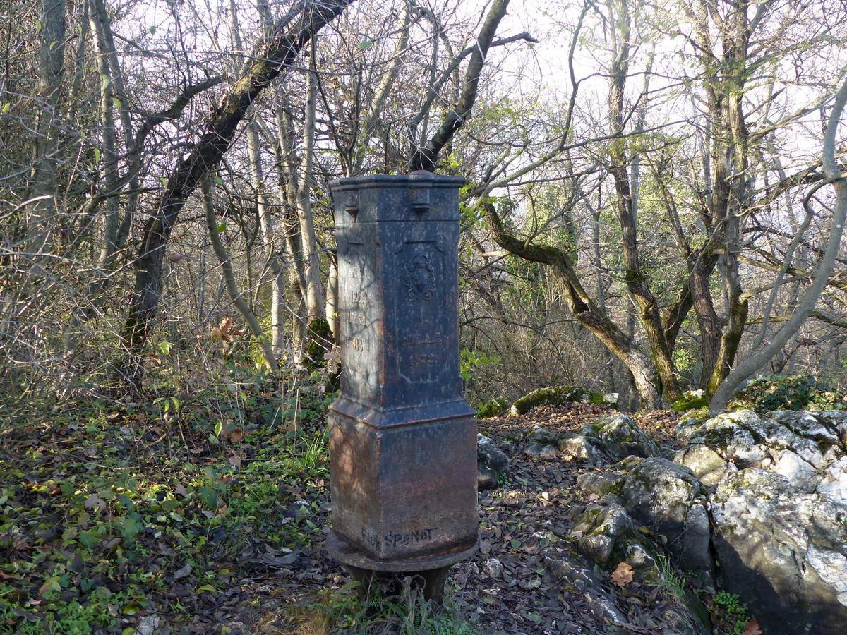 Budapest egyik régi határjelzése a Fekete-fej csúcsán