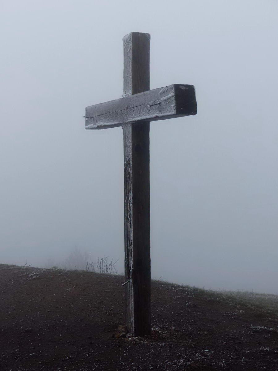 Ködben áll a Nagy-szénás csúcsán a fakereszt