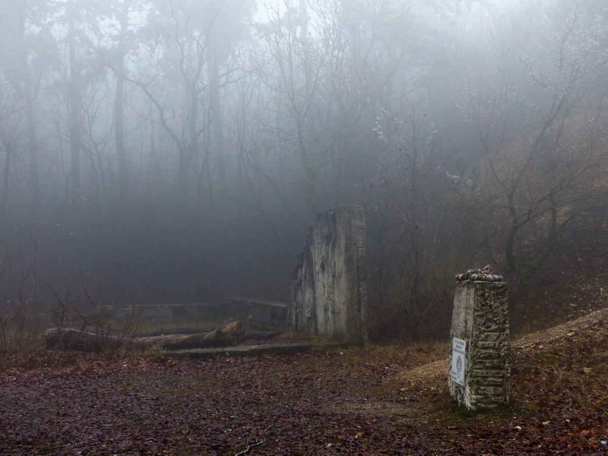 A Nagy-szénás csúcsa alatt áll a volt turistaház emlékfala