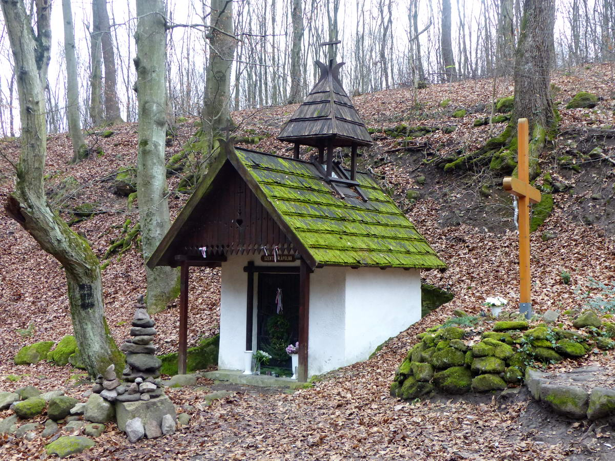 A Rám-szakadékhoz vezető út mellett áll a kicsiny Szentfa kápolna