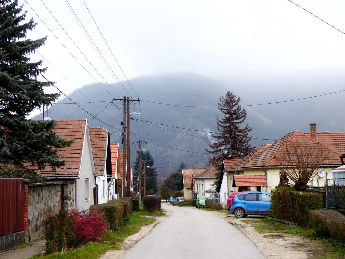 Visszatekintés a Királykút utcáról a Duna felé. A túlparton emelkedő Szent-Mihály-hegy 400 méter felett már ködbe veszik.