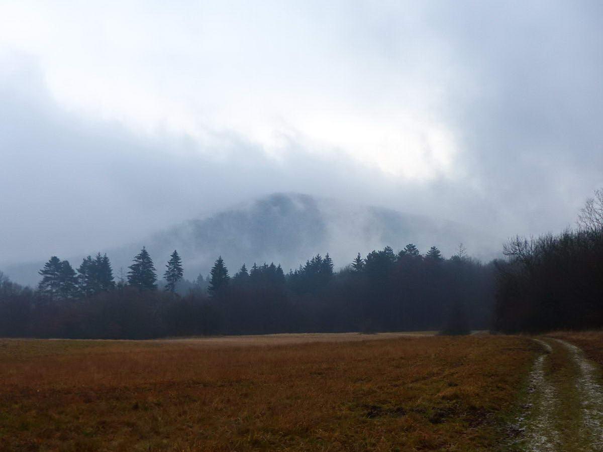 Kilátás a Sikárosi-rétről a ködből kibontakozó Lom-hegyre