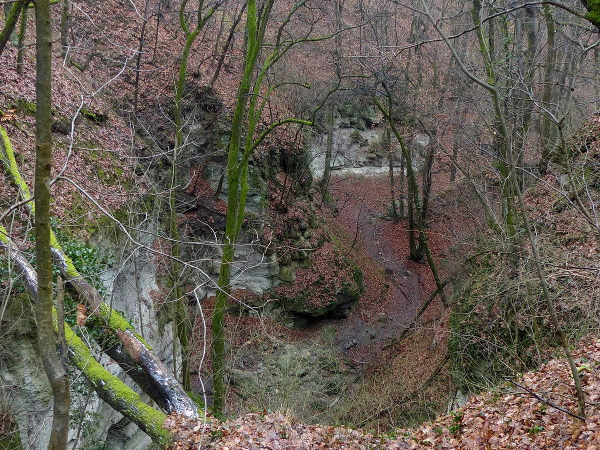 Letekintés a völgy sziklás szakaszára a völgy peremén futó ösvényről