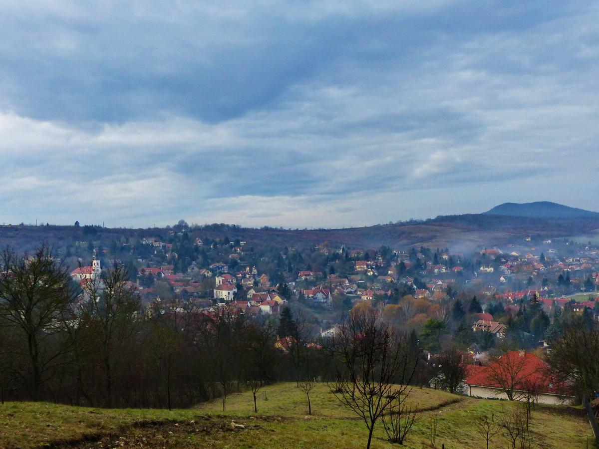 Kilátás a falu szélén végigfutó útról Csobánkára