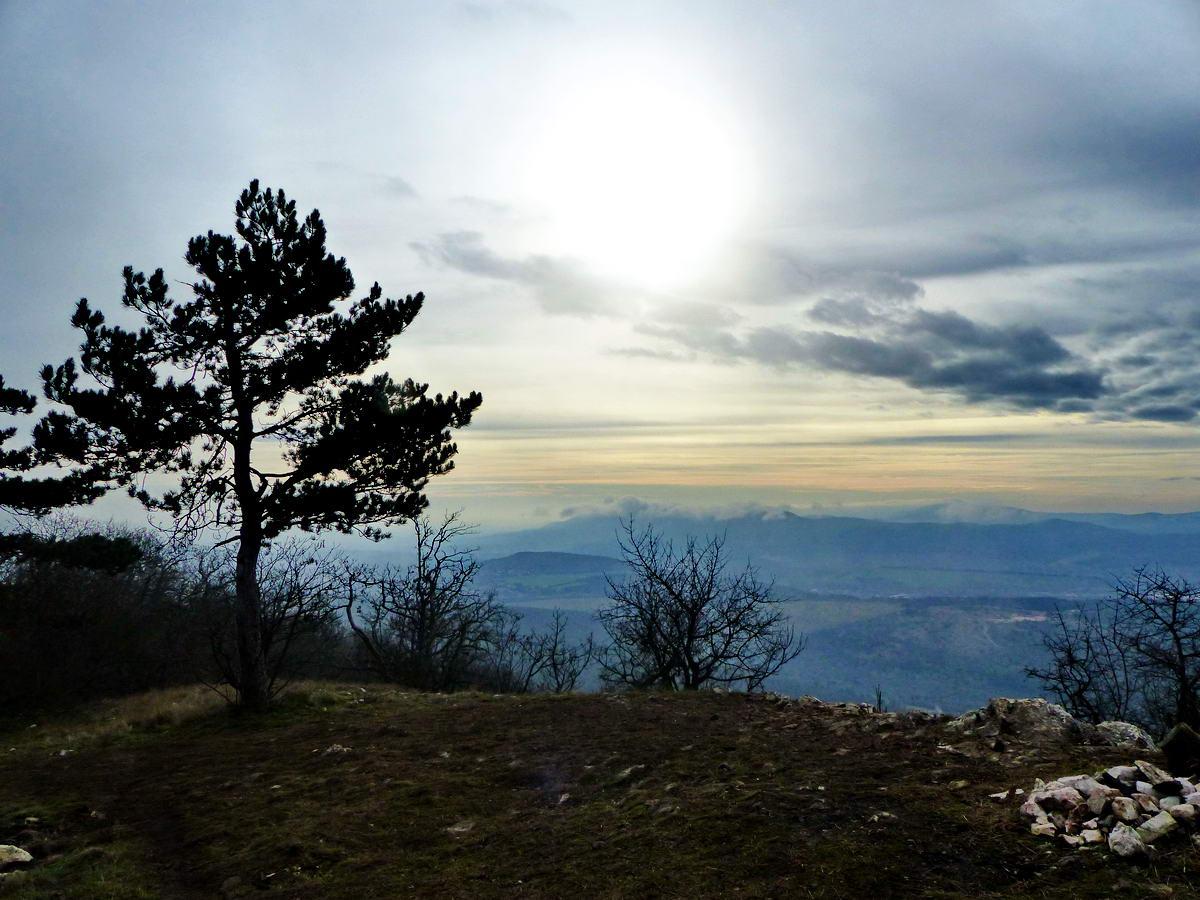 Kilátás a Kis-Kevélyről a Hármashatár-hegy felé