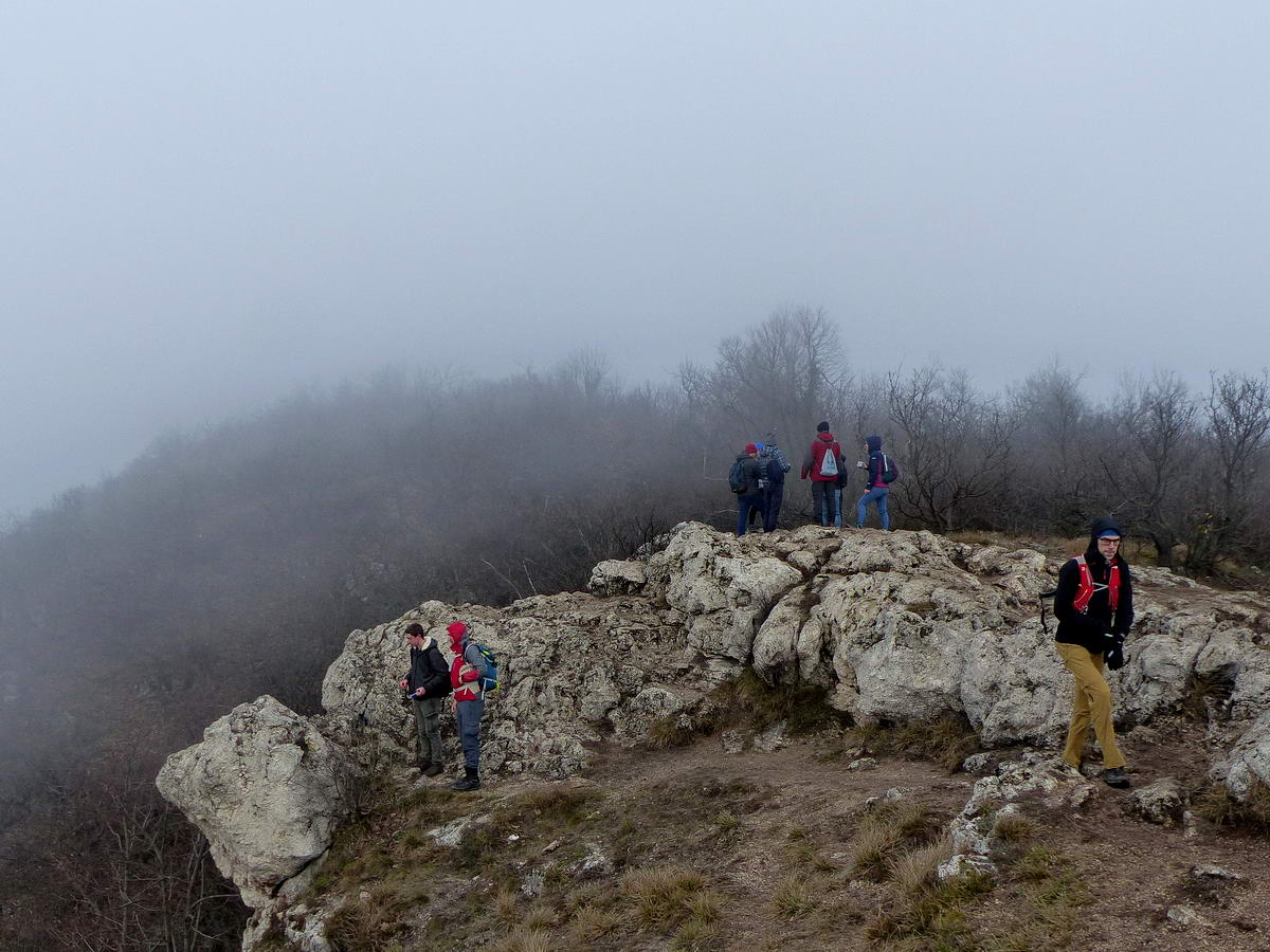 Ködben úszik a Nagy-Kevély sziklás csúcsa