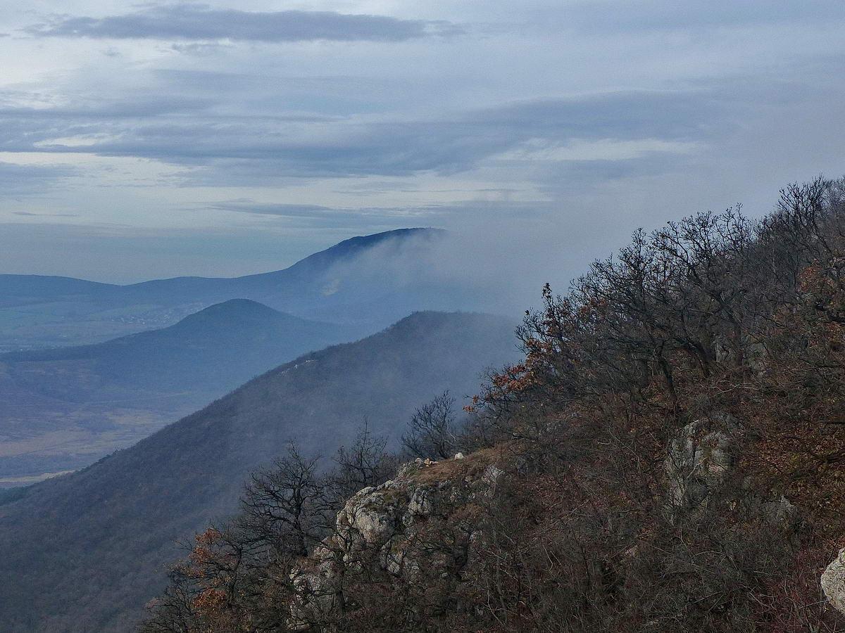 Kilátás a Nagy-Kevélyről a Pilis-gerinc többi hegyére: a Kis-Kevélyre, a Ziribárra és a távoli Pilis-tetőre