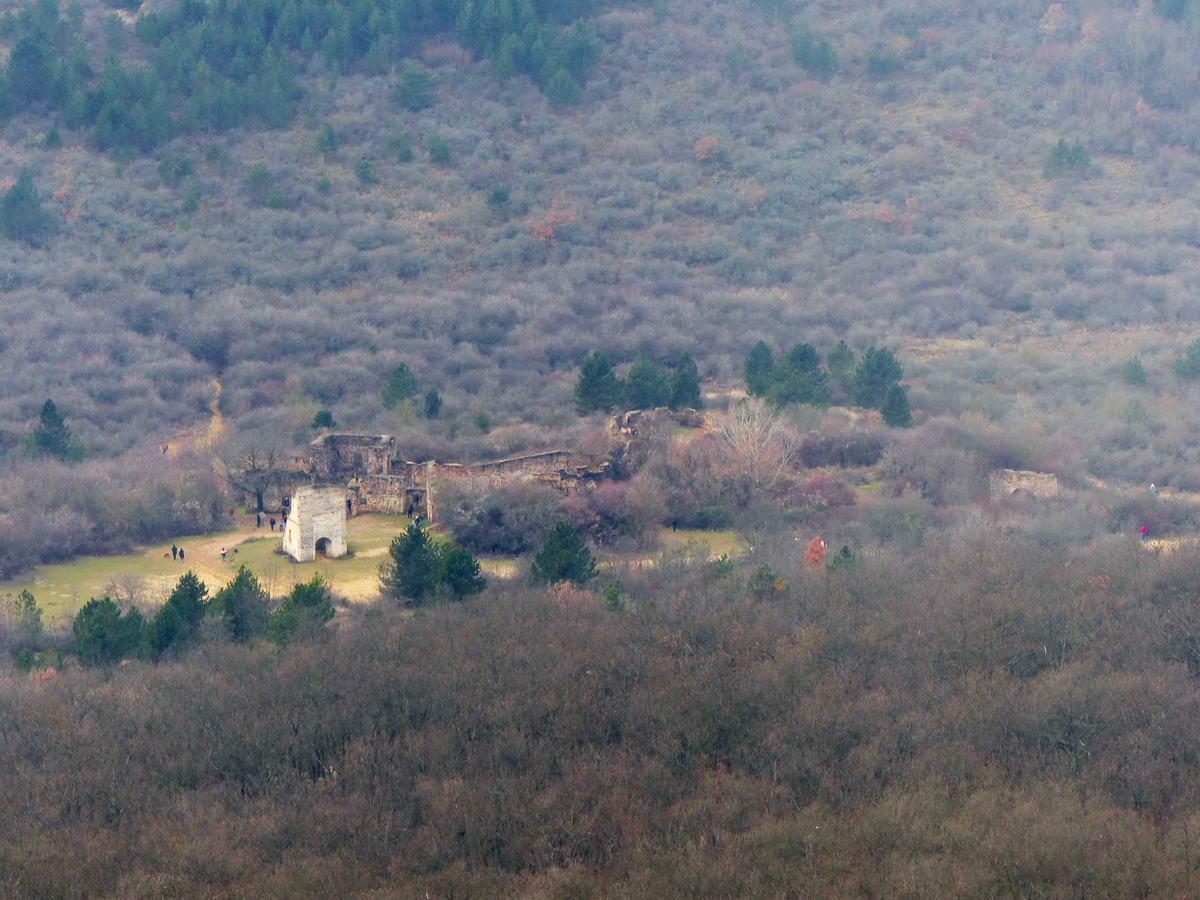 Még az Egri vár romjai is látszanak a Nagy-Kevély csúcsáról. Ez a kép azért elég nagy zoommal készült!