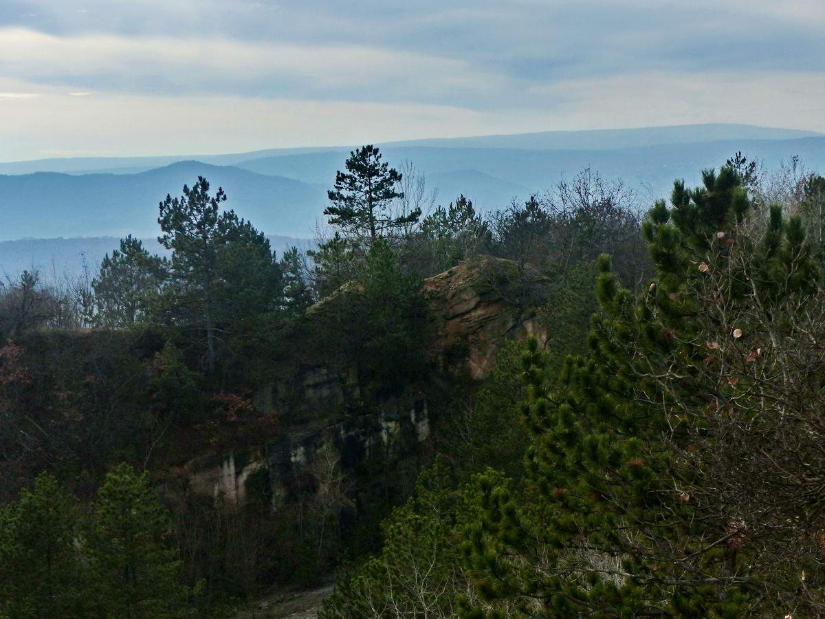 Kilátás a kőfejtőtől a távoli budai hegyekre