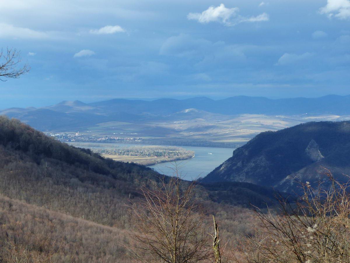 Kilátás a földútról a Dunakanyar nyugati ívére