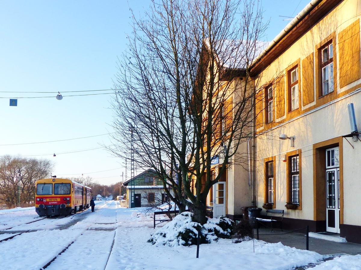 Kora reggeli megérkezés Diósjenő vasútállomására. Zegernye idő volt, a hőmérséklet -10 Celsius fok és az abszolút nulla fok között lehetett valahol.