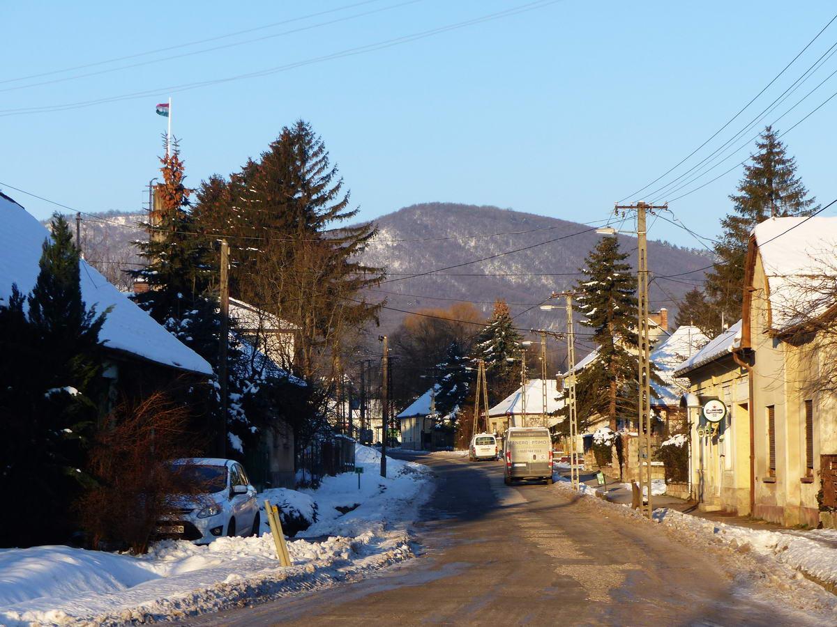Még a faluban megkezdődött a kapaszkodás a hegyek közé. Előttem a Magas-hegy erdős oldala emelkedik.