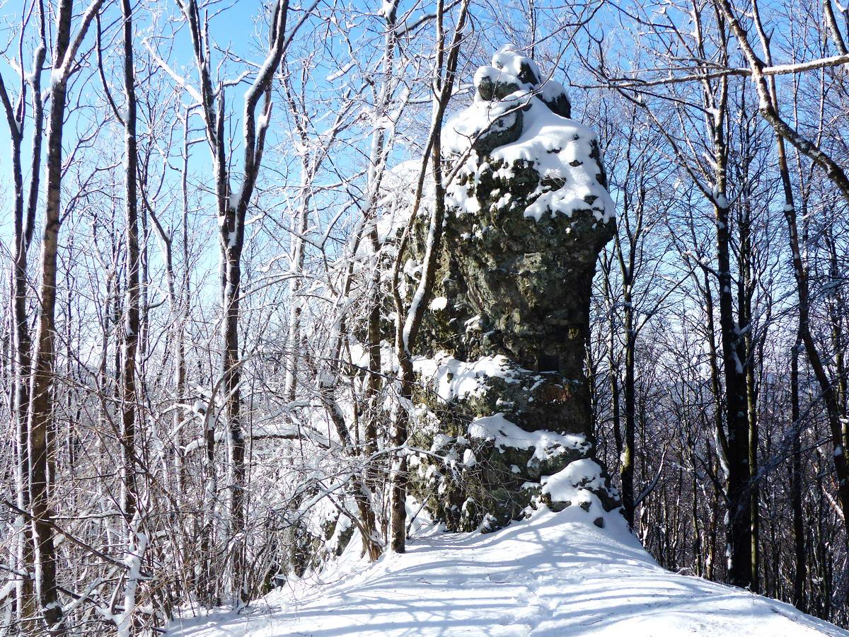 A Csóványos délnyugati oldalában áll a Korona-kő andezittufa szirtje. A helyet Vilma pihenőnek is nevezik, ugyanis a szikla oldalán egy emléktábla őrzi Torma Lajosné, Vilma emlékét.