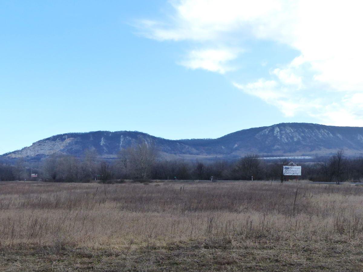 Kilátás a 117-es úttól a Kétágú-hegy két púpjára