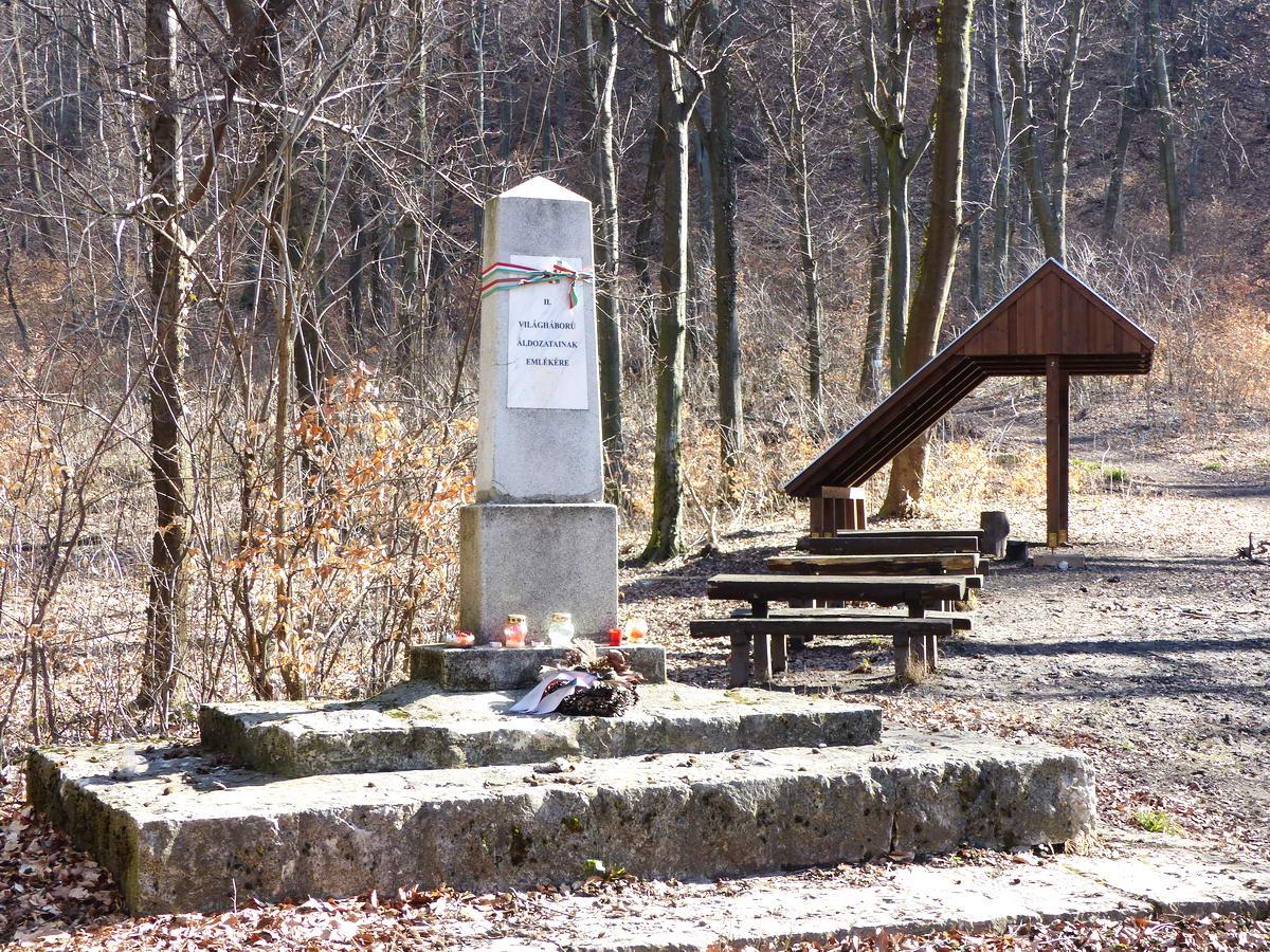 Kis emlékmű áll a Pilis-nyeregben a turistapihenő mellett