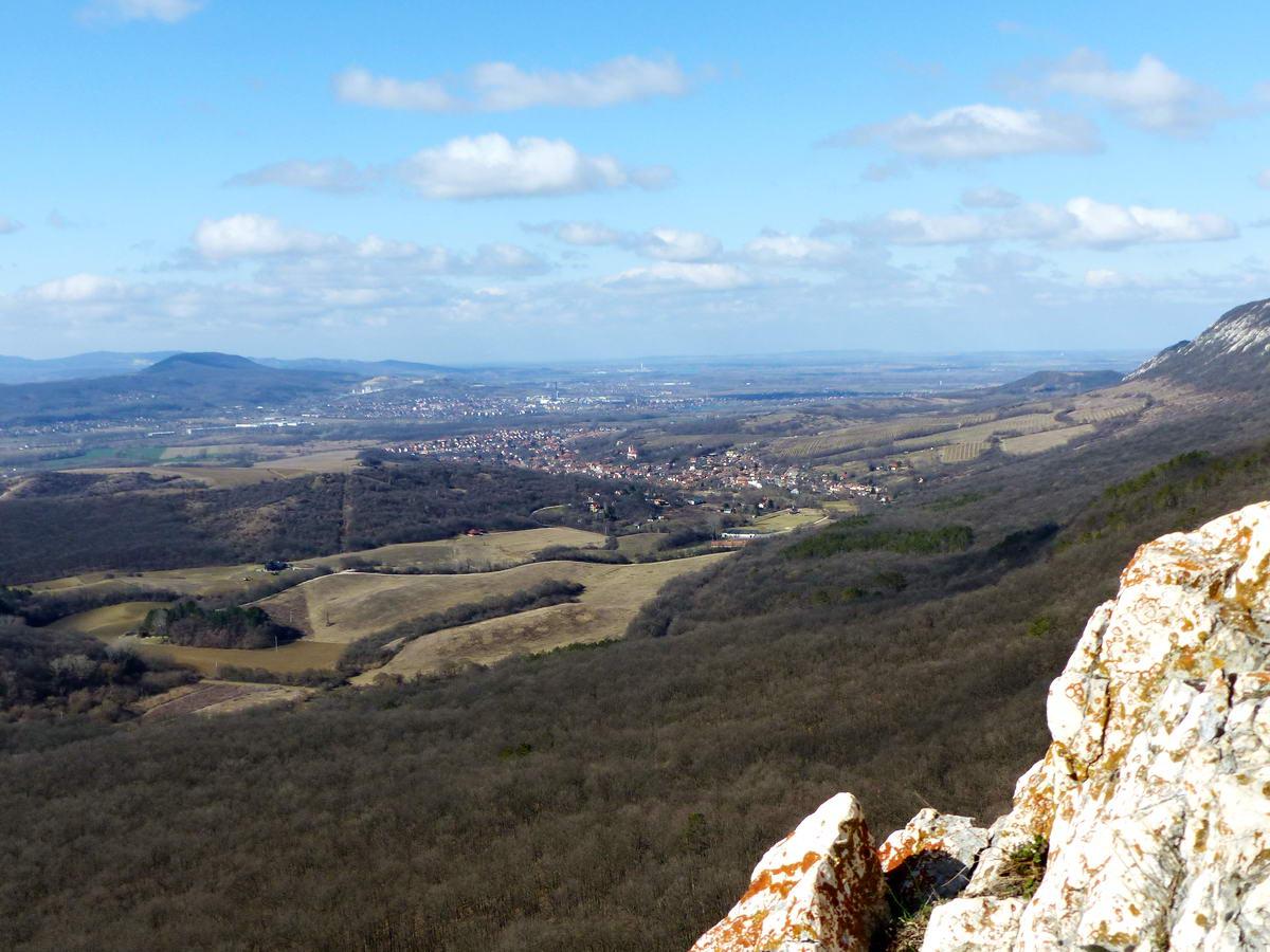 Kilátás a Kémény-szikláról a Dorogi-medence felé. Jobbra a kép szélén a Kétágú-hegy sziklái is feltűnnek