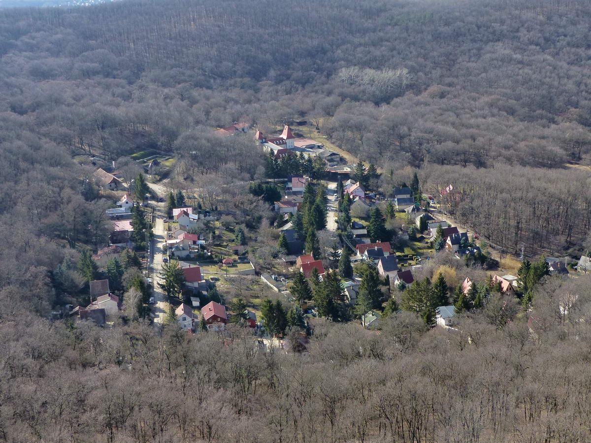 Pontosan a Kémény-szikla alatt terül el a kicsiny Klastrompuszta. A pálos kolostor feltárt romjai a település bal felső sarkában láthatóak.