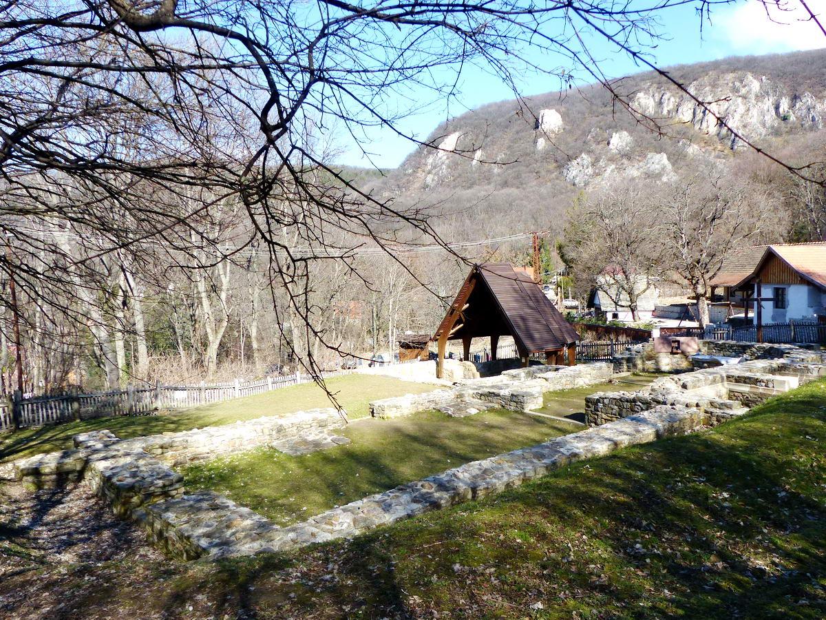 Az első pálos kolostor romjai Klastrompusztán