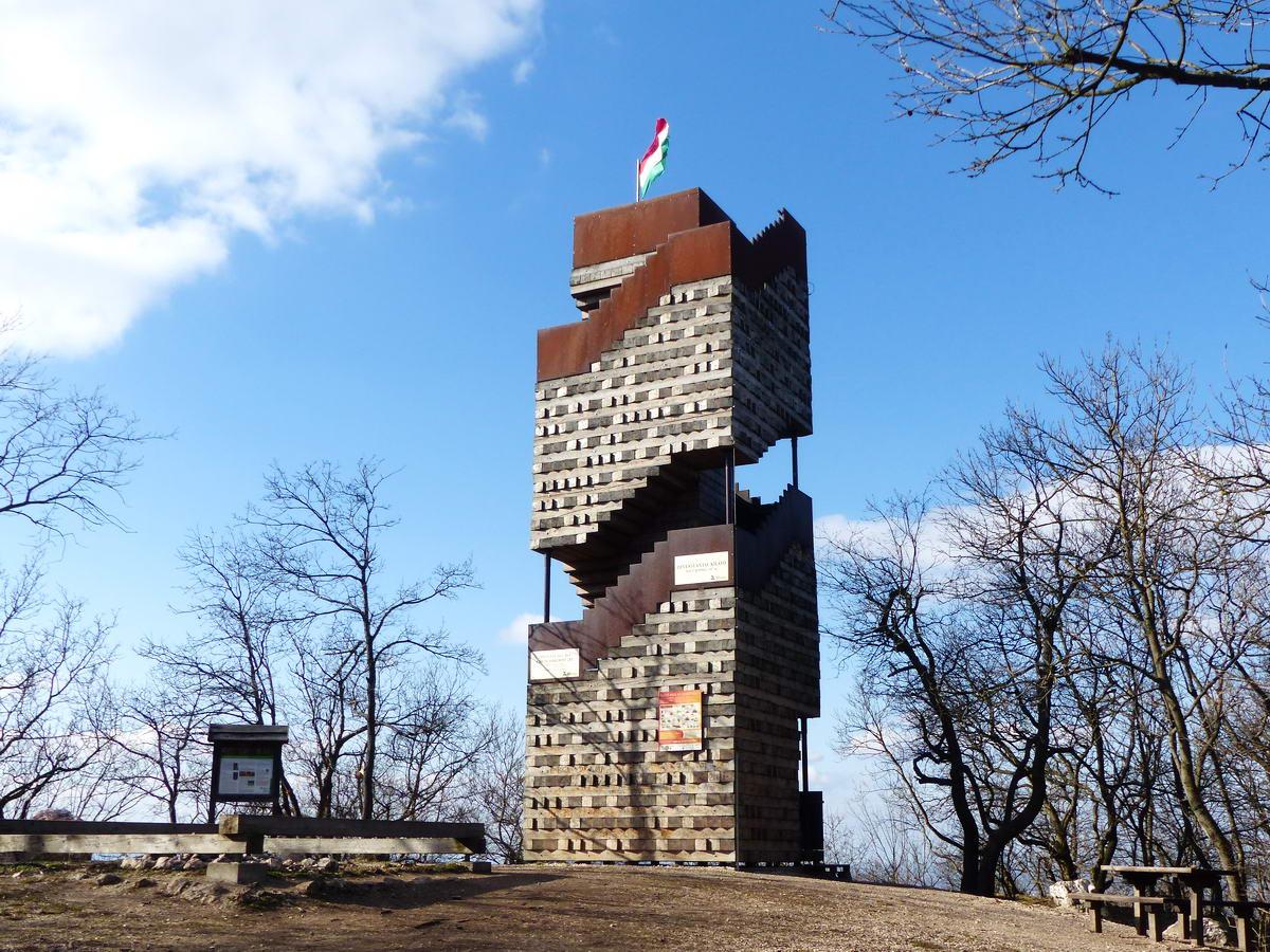 A Piliscsaba melletti Nagy-Kopasz csúcsán áll a Dévényi Antal kilátó, közismert becenevén a Jenga torony