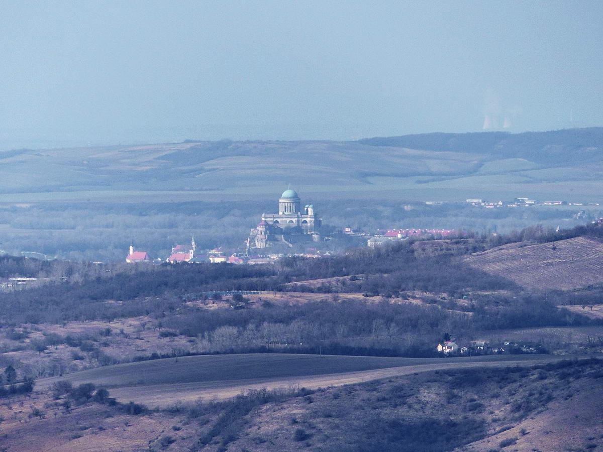 A fényképezőgépem maximális zoomjával már jól látszanak a Bazilika részletei is. Jobbra a távolban még a szlovákiai Mohi (Mohovce) atomerőművének hűtőtornyai is kivehetőek!