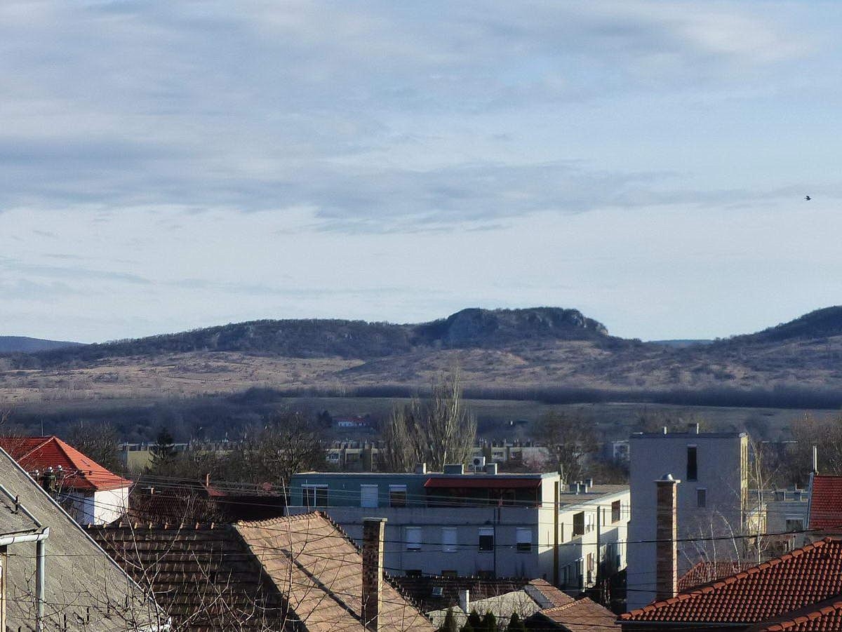 Kilátás a dorogi Árpád utcáról a város mögött álló Nagy-Strázsa-hegyre