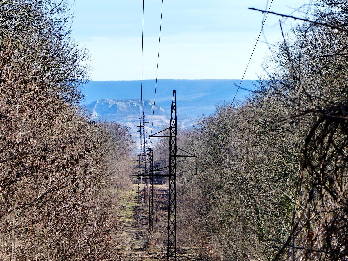 Kilátás távvezeték nyiladékából a Nagy-Strázsa-hegyre