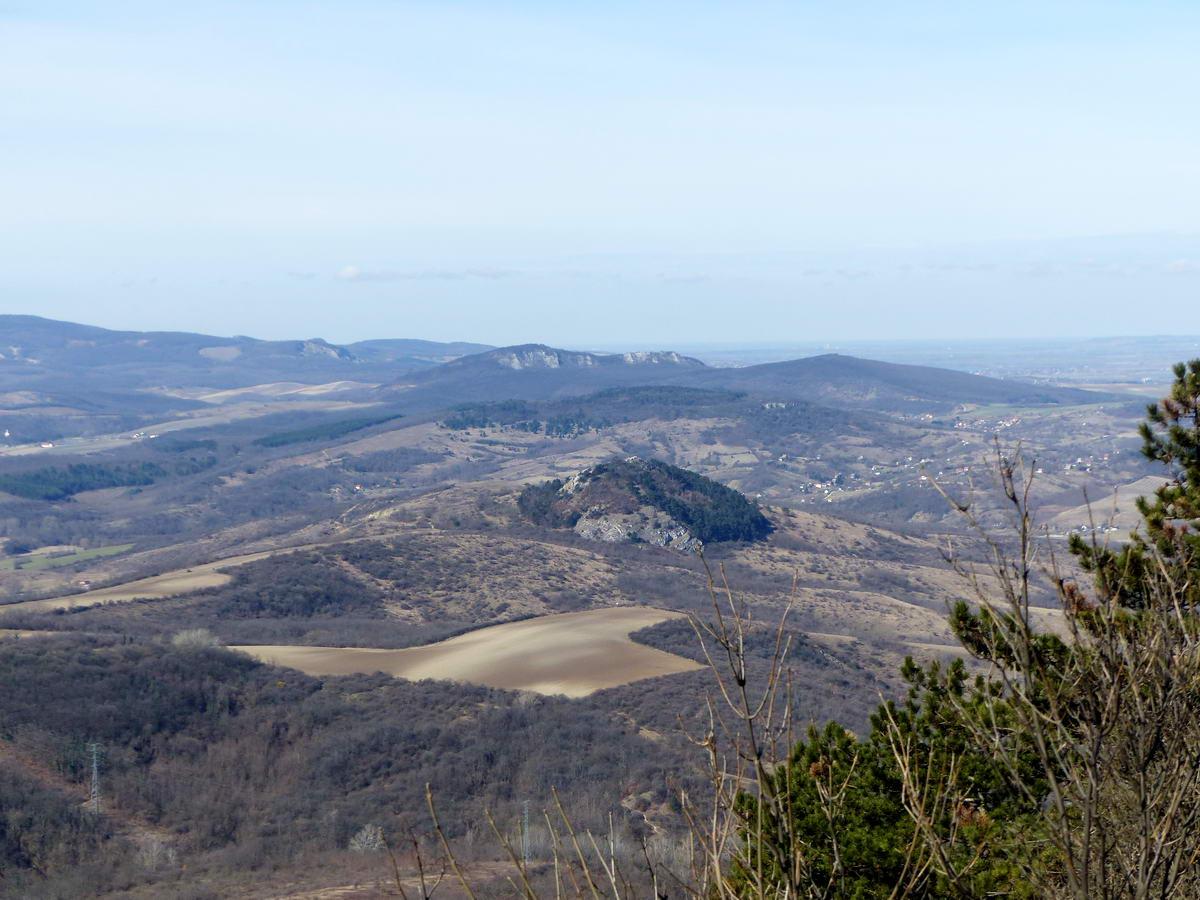 Kilátás a Nagy-Getéről a Hegyes-kőre (az előtérben) és a Kő-hegyre (mögötte)