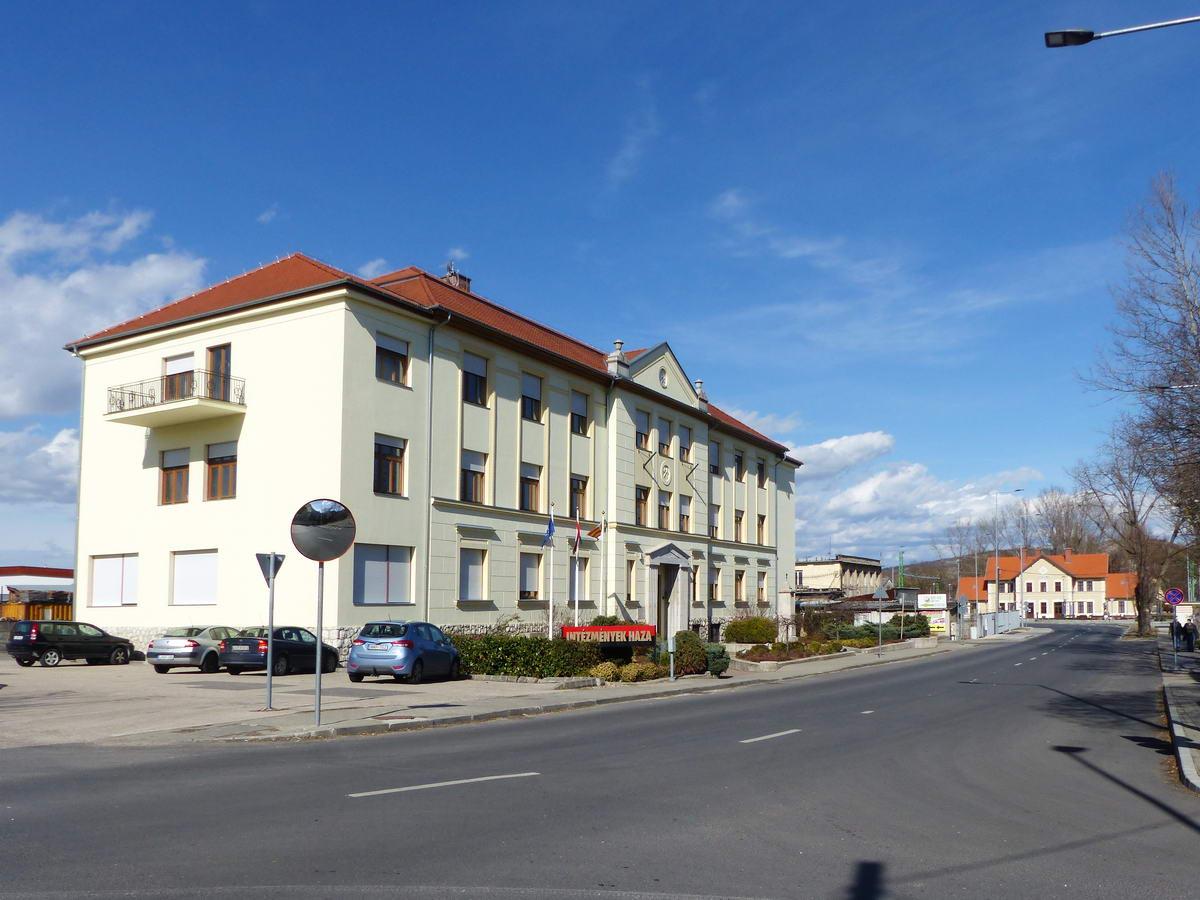 A pályaudvar mellett áll a volt bányaigazgatóság épülete (ez a kép már kora délután, a túra végén készült, ezért világítja meg másként a nap a vasútállomás épületét)
