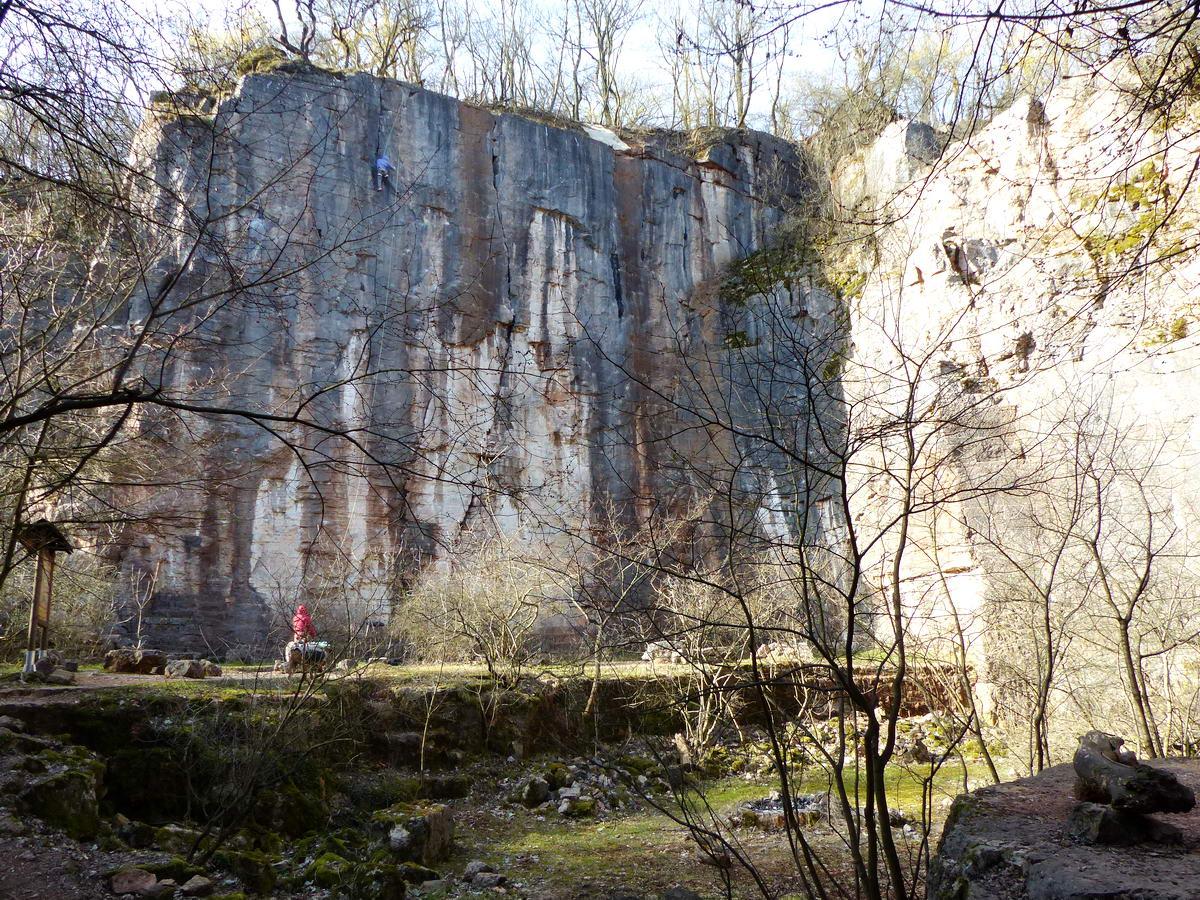 Sok emelet magas kőfalak vesznek körül bennünket a kőfejtőben