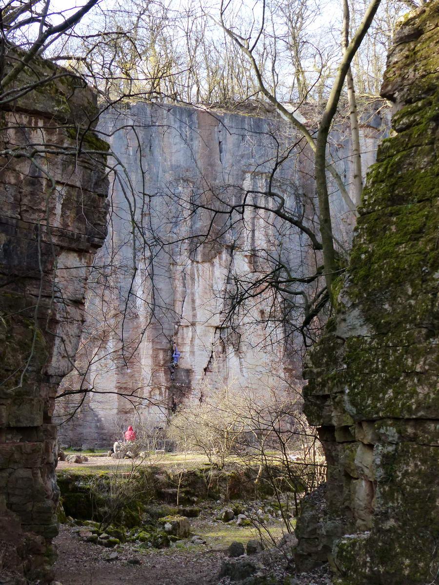 Egy szűk nyíláson keresztül lehet belépni a volt kőfejtő sziklakatlanába