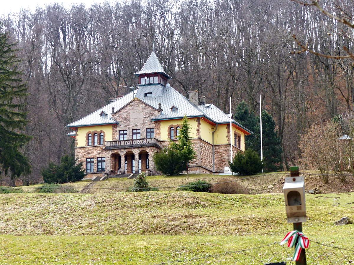 Serédi Jusztinián volt nyári rezidenciája mellett is elballagtunk a Gerecse oldalában