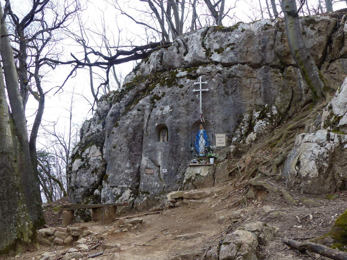 Kis Mária kegyhely van a turistaút mellett