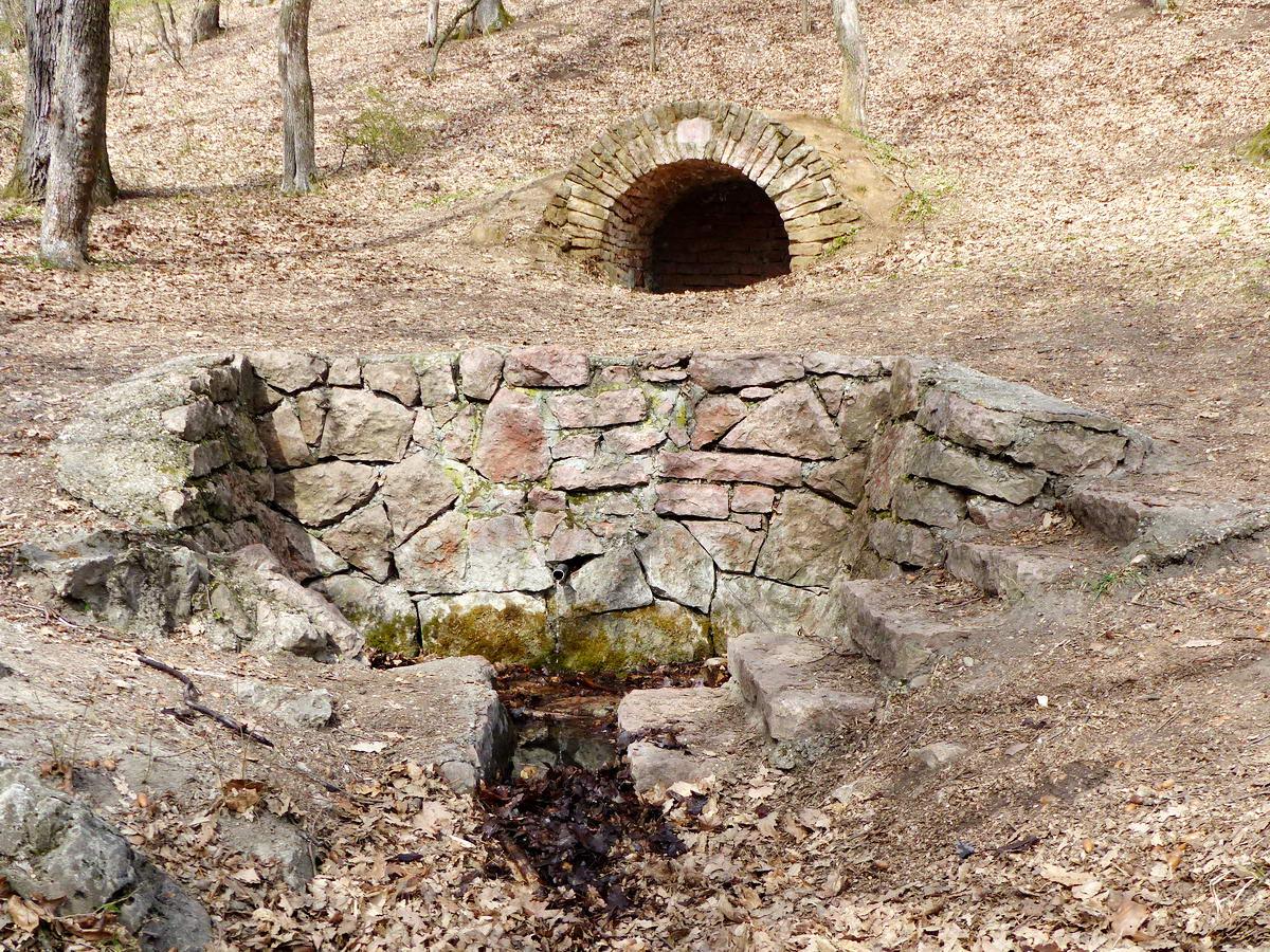 A Király-kút szépen kiépített foglalatából a száraz tél ellenére vígan csobogott a víz