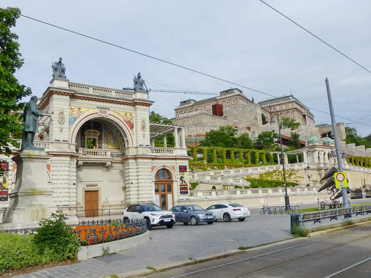 A frissen felújított Várkert Bazár és a felette feltűnő Budavári palota látképe a Duna-parti sétányról