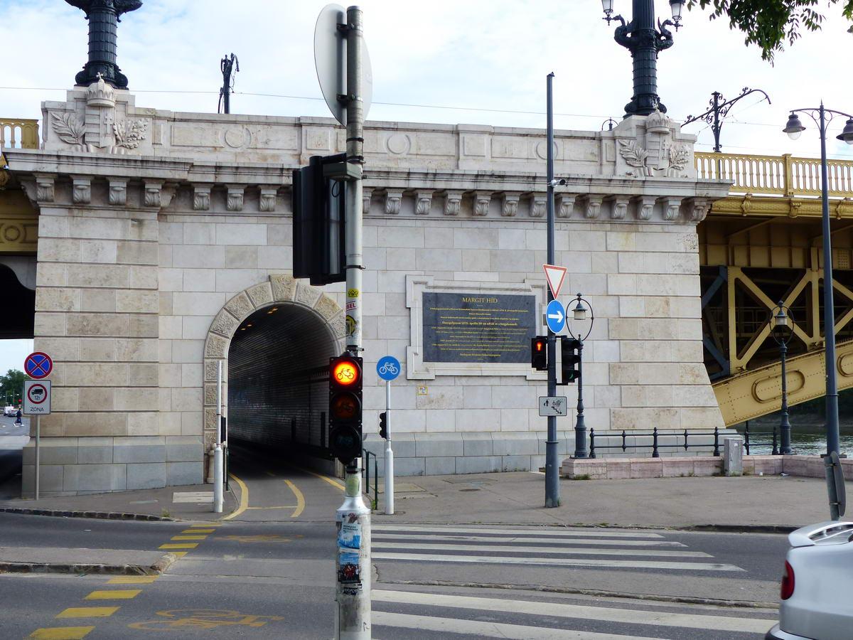 Kerékpáros alagút a Margit híd budai parti pillérjében