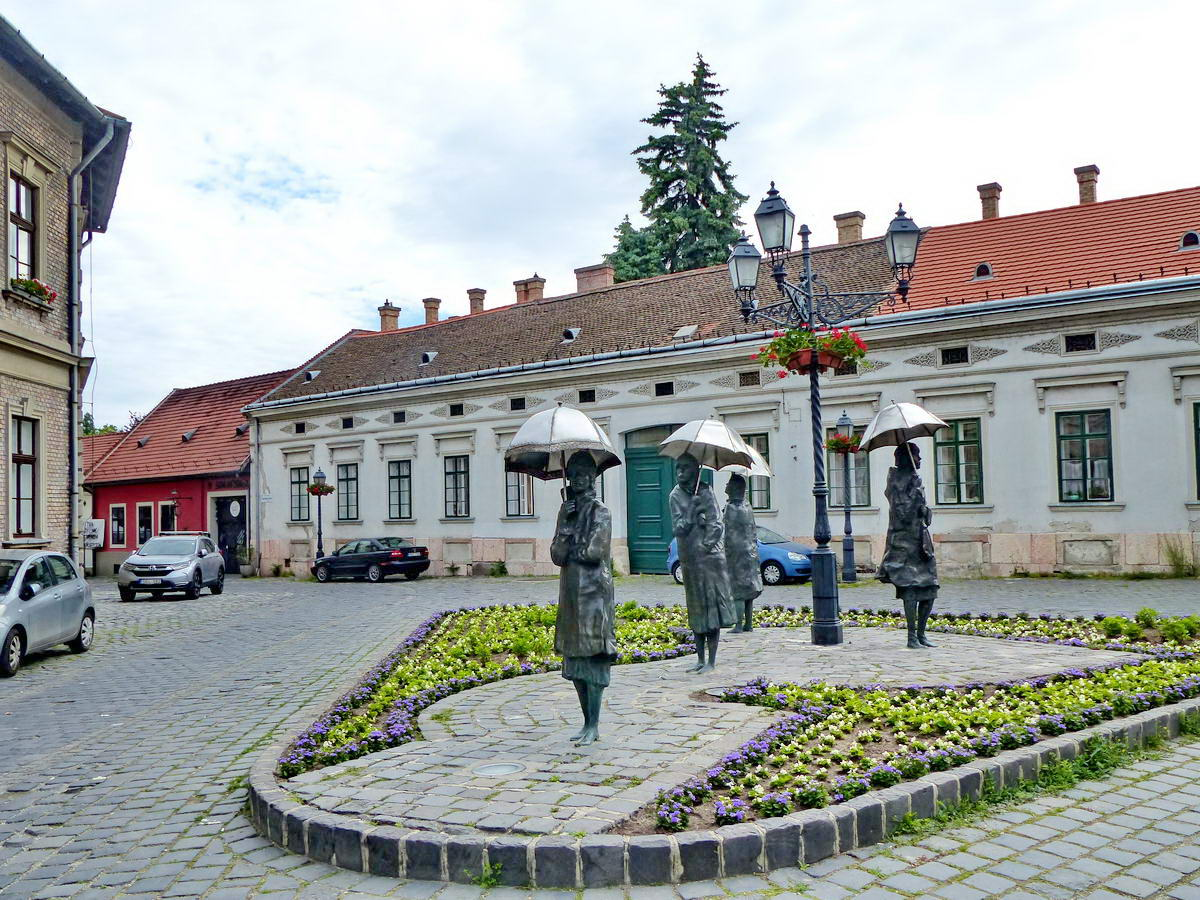 Varga Imre szobrászművész Várakozók nevű szoborkompozíciója