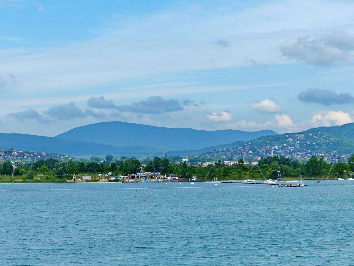 Jól látható a Lupa-tó mögött középen a Pilis-tető (756 m)