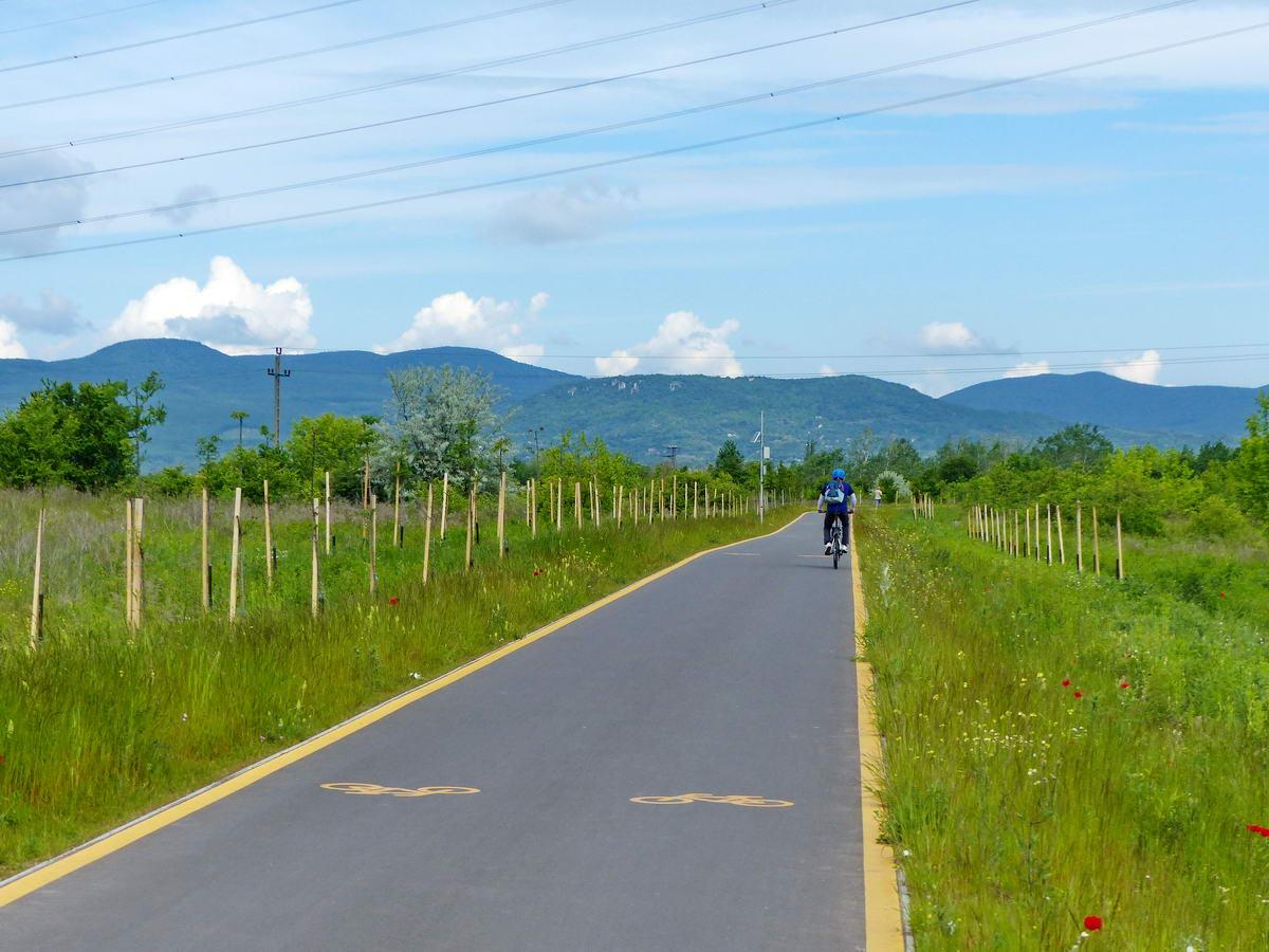Egy szakaszon pont a sziklás oldalú Kő-hegy felé vezetett a kerékpárút a mezőkön keresztül...