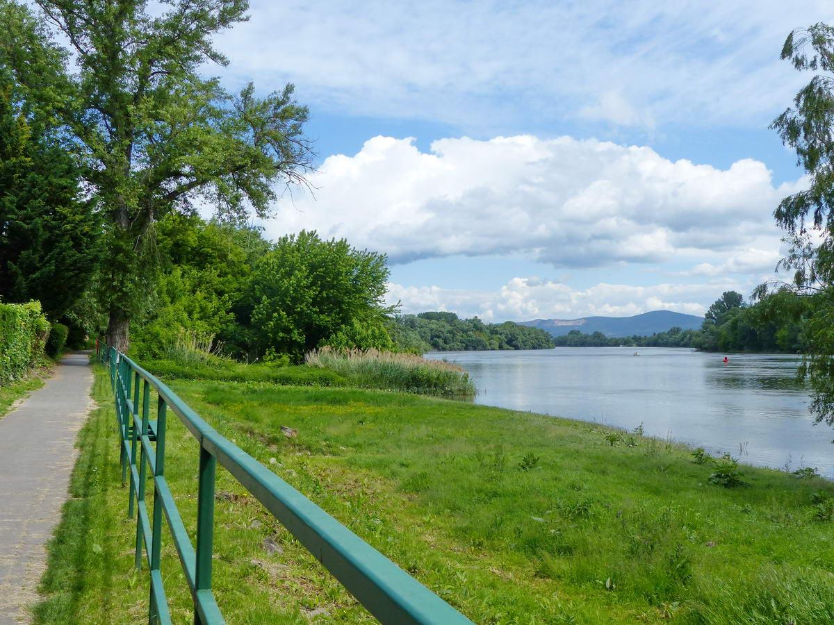 Kilátás a Duna-parti kerékpárútról a még távoli Naszályra