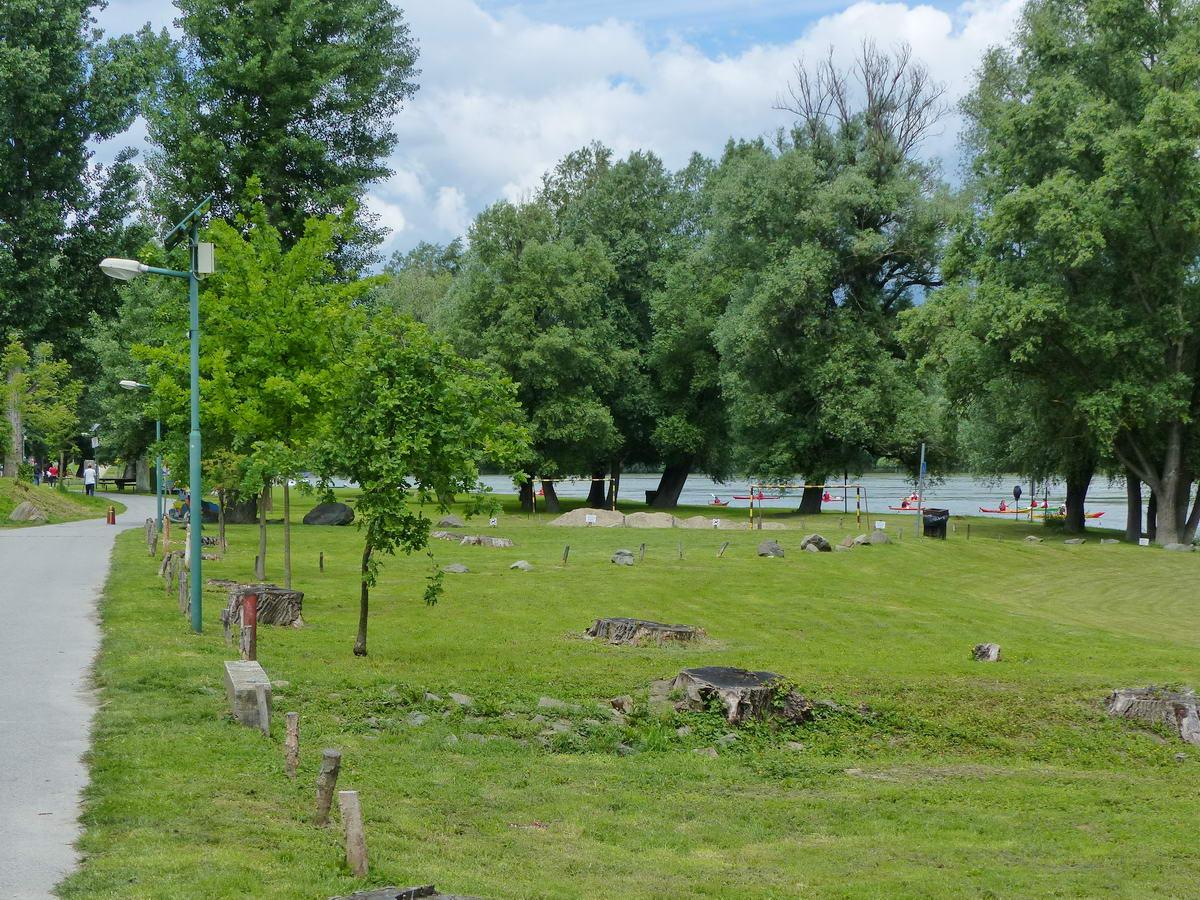 Piknikterület Dunabogdányban a Duna-parton