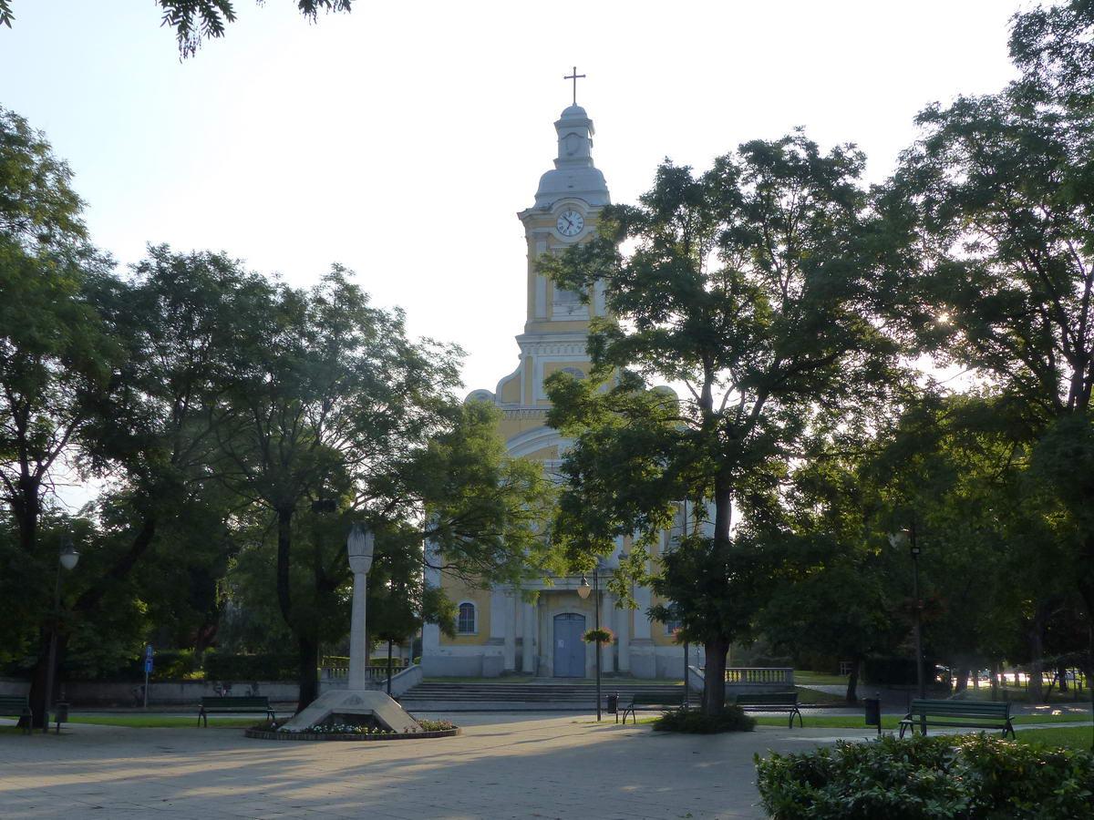 Abony központjában megálltam a római katolikus templom előtt