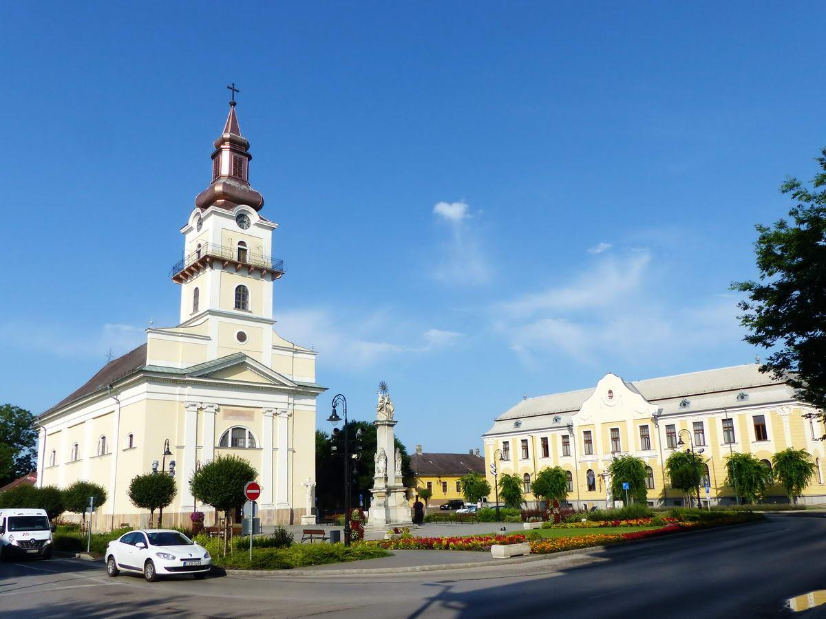 A Kossuth téren áll a római katolikus templom