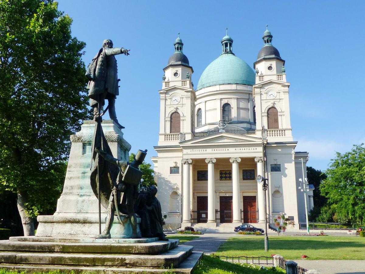 Természetesen Kossuth Lajos szobra áll a templom előtt