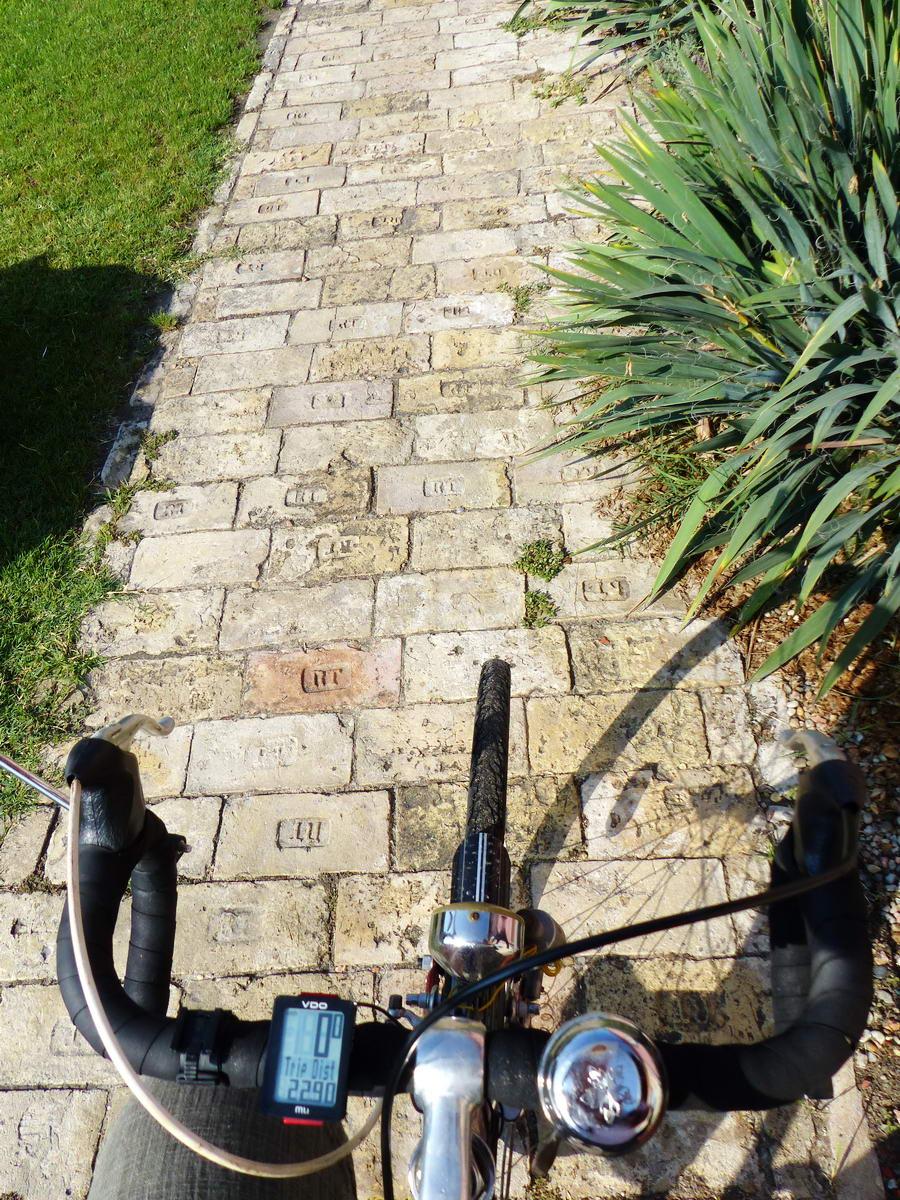 Érdekes, régi téglákból kirakott kerékpárút vezet Cegléden egy rövid szakaszon
