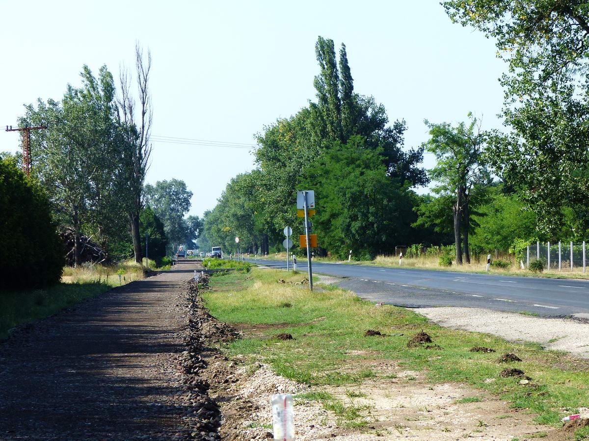 Most épül a Cegléd és Nagykőrös közötti kerékpárút. Itt még csak az alapozás készült el.