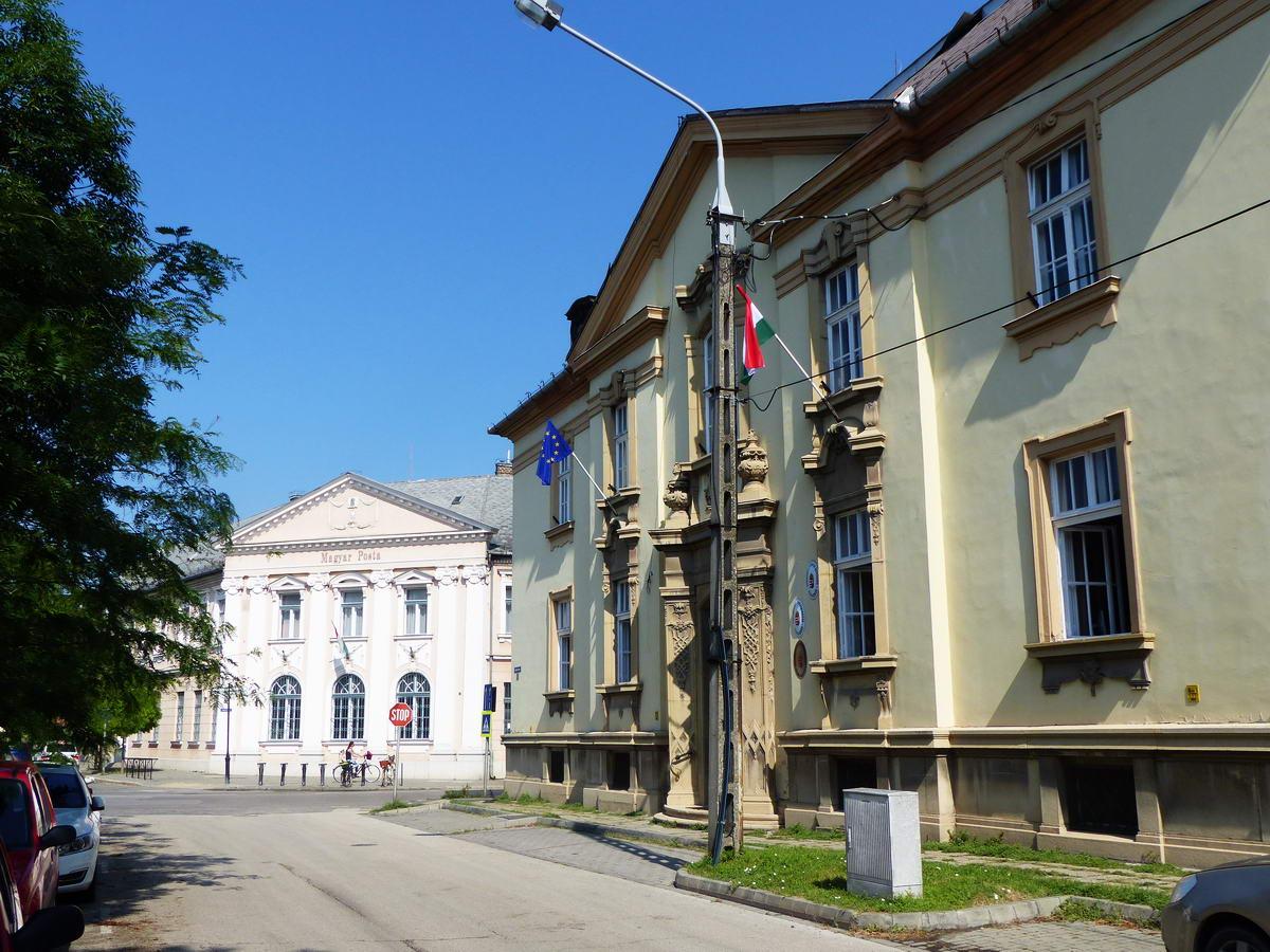 A Hősök terén áll a Postapalota és a Járásbíróság épülete