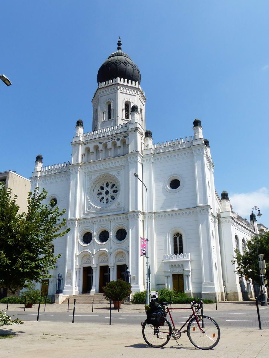 A városközpontban megálltam a zsinagóga előtt