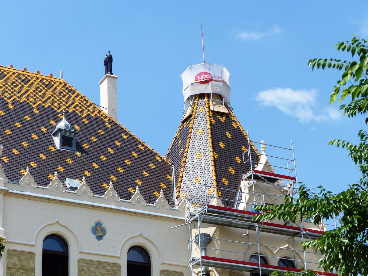 A Városháza szépen felújított cseréptetejének részlete