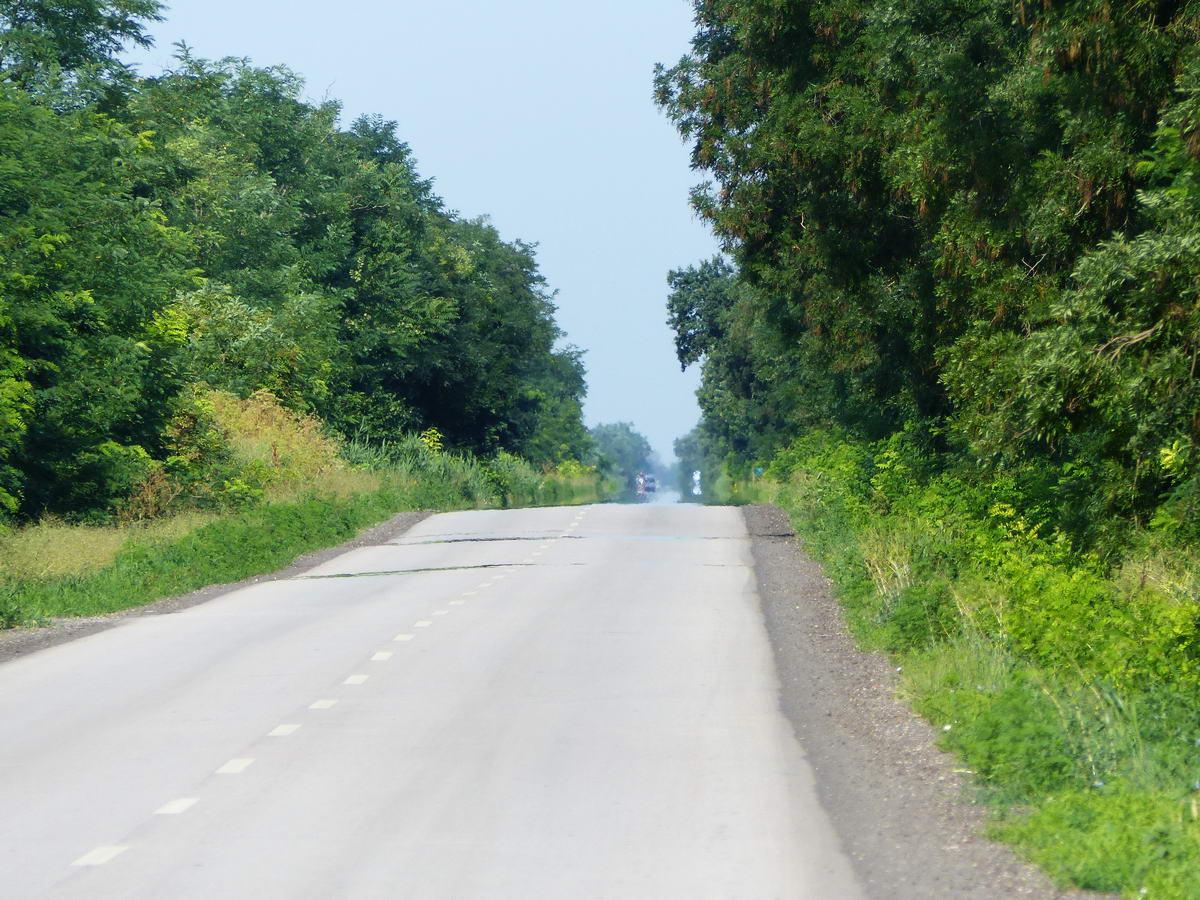 Maximális zoommal fényképezve az országút hosszú egyenesét még a távoli délibáb is feltűnik (mintha vizesen csillogna az út a messzeségben)