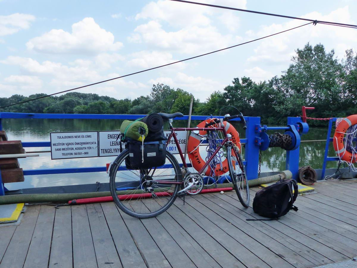 Pihen a bringa a Hármas-Körösön való átkelés közben